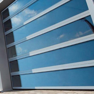 Bramy panoramiczne AluTrend — bramy z profili aluminiowych o grubości 40 mm, z częściami drobnymi ze stali ocynkowanej w przystępnej cenie. Szeroki wybór rozmiarów i bogata paleta kolorów — to niepodważalne zalety serii AluTrend.